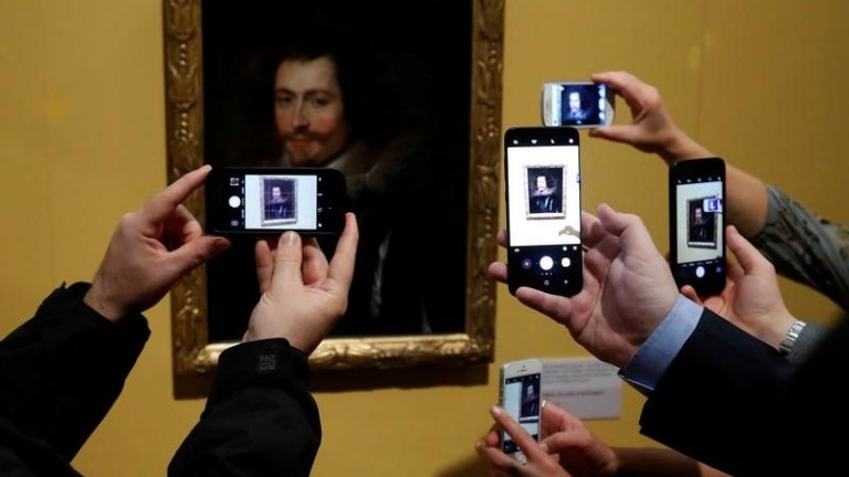 "People take pictures on their mobile phones of the lost Rubens masterpiece ""George Villiers"""