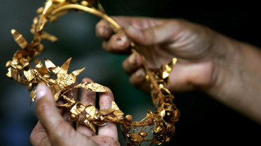 Bulgarian archaeologist Daniela Agre shows golden wreath of laurels found at a Thracian king's tomb near the village of Zlatinitsa, some 330 km south-east from the capital Sofia, July 24, 2005